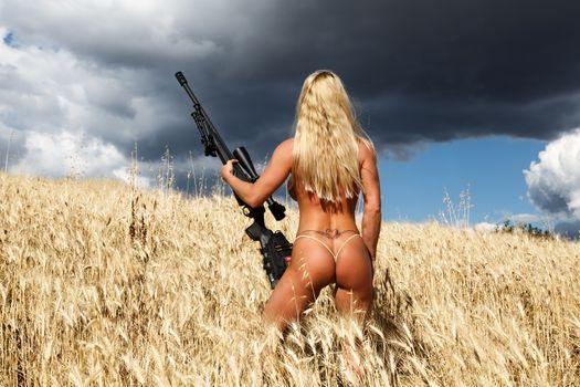 Бесплатные фото лара де сантис,блондинка,снайпер,тату,винтовка,пистолет,загорелая,полевая,задница,стринги