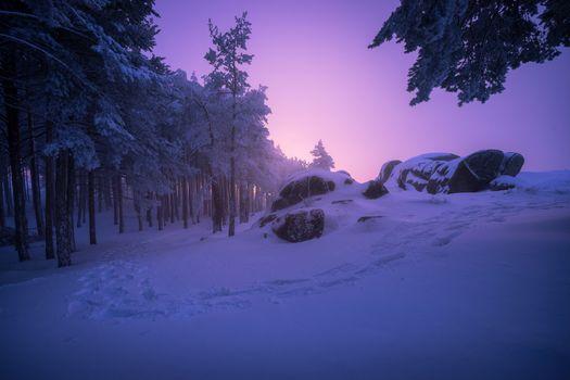 Обои закат,зима,сумерки,лес,деревья,скалы,холмы,снег,сугробы,пейзаж