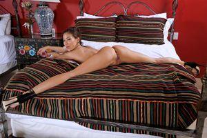 Бесплатные фото Kalina Ryu,Лилия,океан,брюнетка,кровать,голая,киска