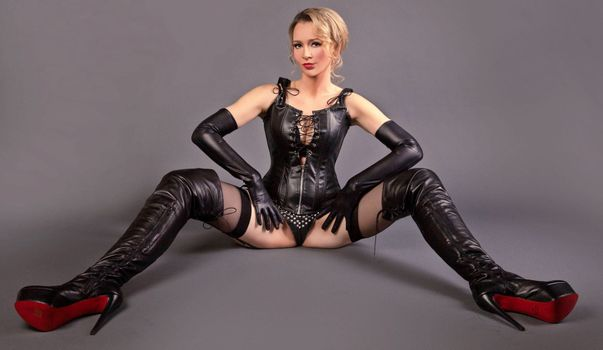 Бесплатные фото Lady Lilliana,блондинка,немецкий,хозяйка,кожа,корсет,сапоги промежность,крупным планом,милый фетиш,широко расставив,длинные ноги,красотки в сапогах