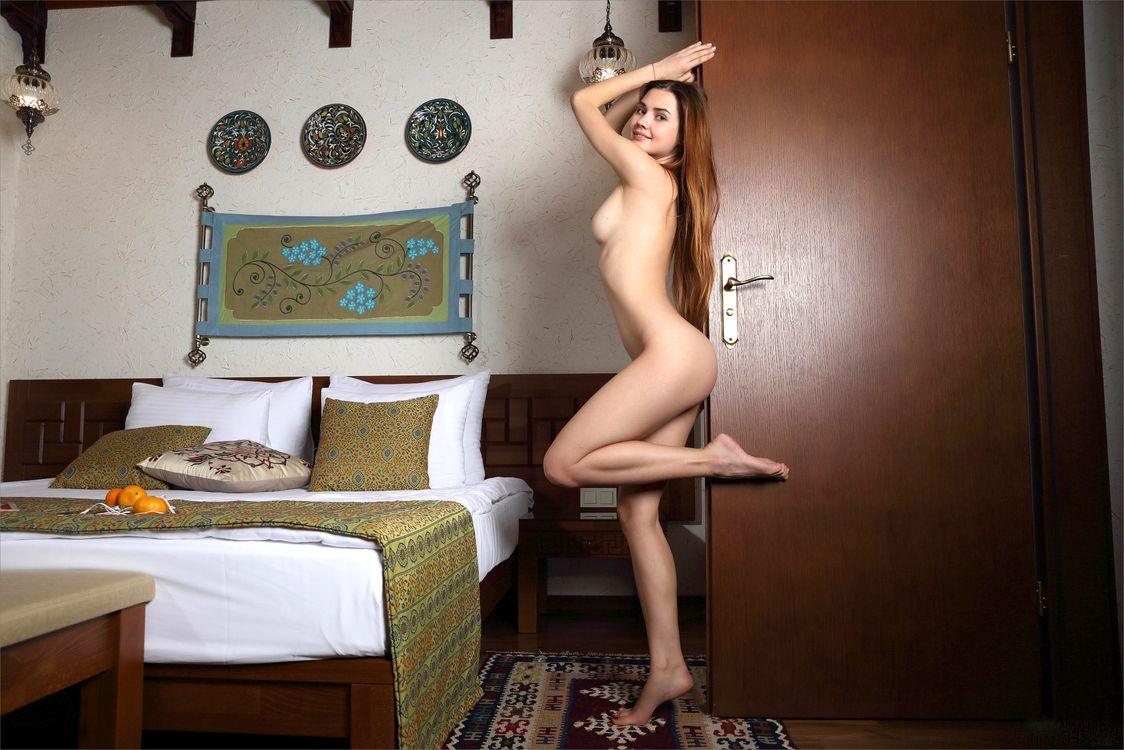 Фото бесплатно georgia, viva, модель, брюнетка, длинные волосы, сиськи, дверь, кровать, спальня, ню, model, brunette, long hair, tits, boobs, эротика