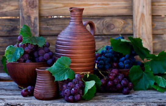 Виноград и керамика · бесплатное фото