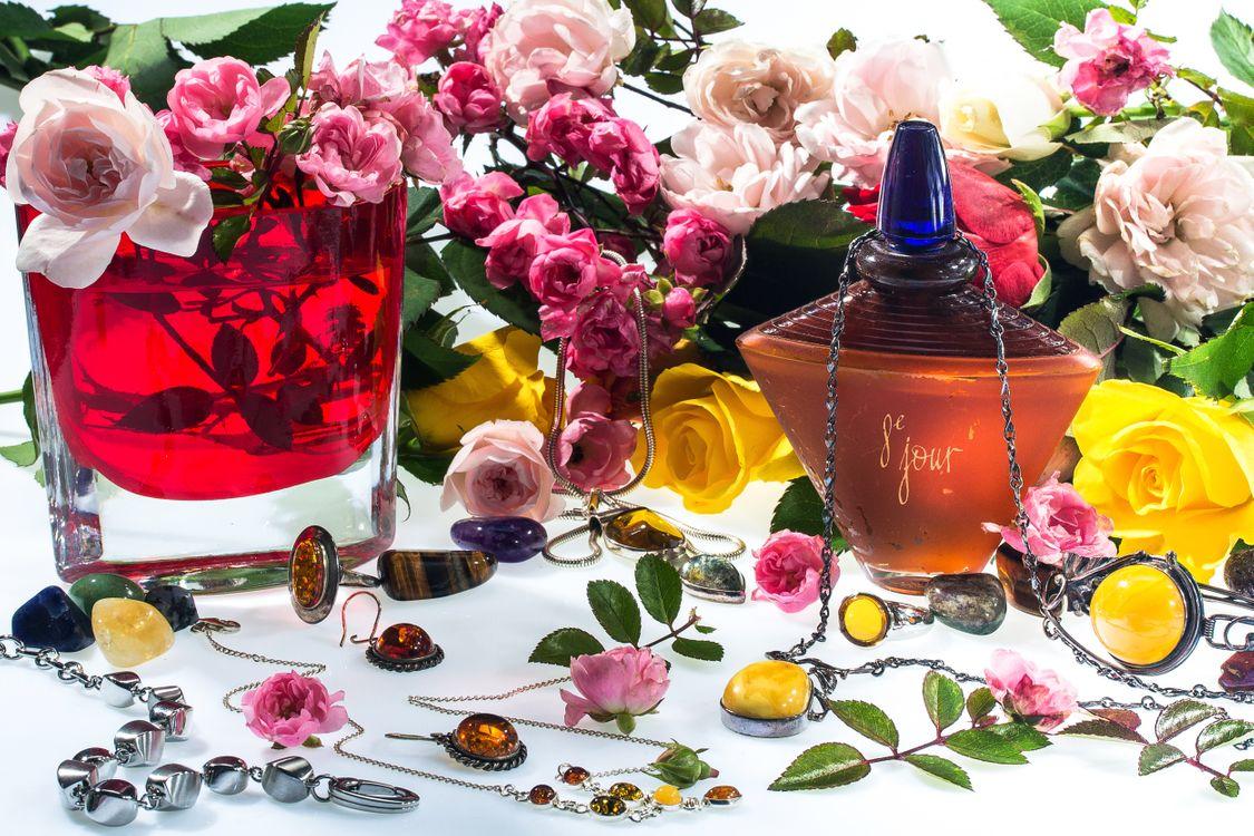 Фото бесплатно Красивый букет, букет, цветочная композиция, флора, цветы, цветок, цветочный, оригинальный, красочный, праздничный букет, бижутерия, серьги, камни, цветы