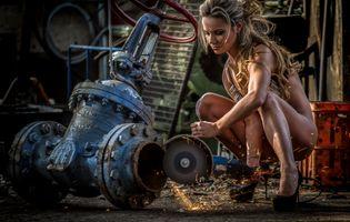 Красивая незнакомка режет сантехнический винтель · бесплатное фото