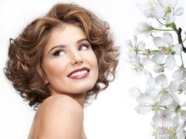 Бесплатные фото девушка,макияж,улыбка,цветы