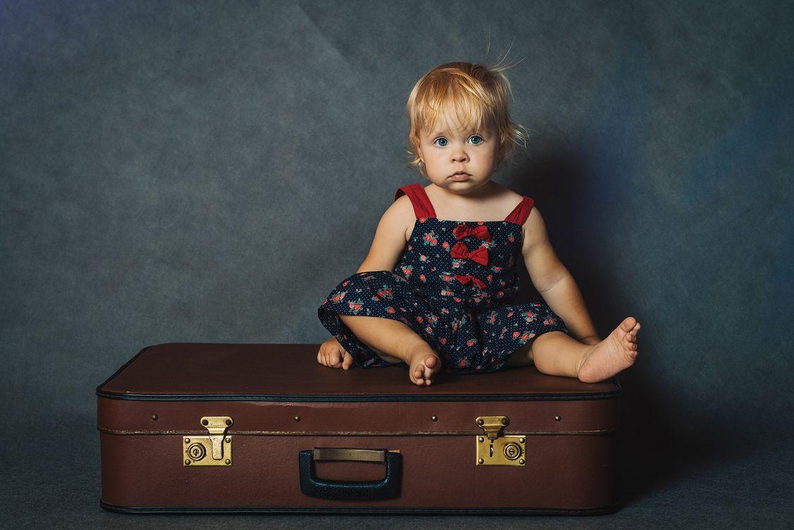 Фото бесплатно дети, девочка, волосы, лицо, ребенок, чемодан, малышка, children, girl, hair, face, child, suitcase, baby, настроения