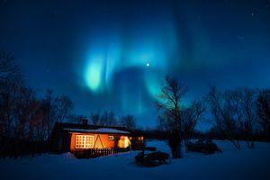 Фото бесплатно Аврора Бореалис, полярное сияние, синий, кабинка, домик, Рождество, обои, холодные, огни, ночь, северное сияние, небо, снегоход, звезды, зима
