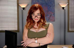 Фото бесплатно Dani Jensen, рыжая, очки, офис