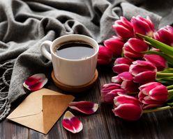Кофе и тюльпаны · бесплатное фото