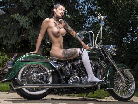 Бесплатные фото darcy diamond,брюнетка,harley davidson,мотоцикл,голые,большие сиськи,соски,татуировки,носки колена,hi-q,татуировка
