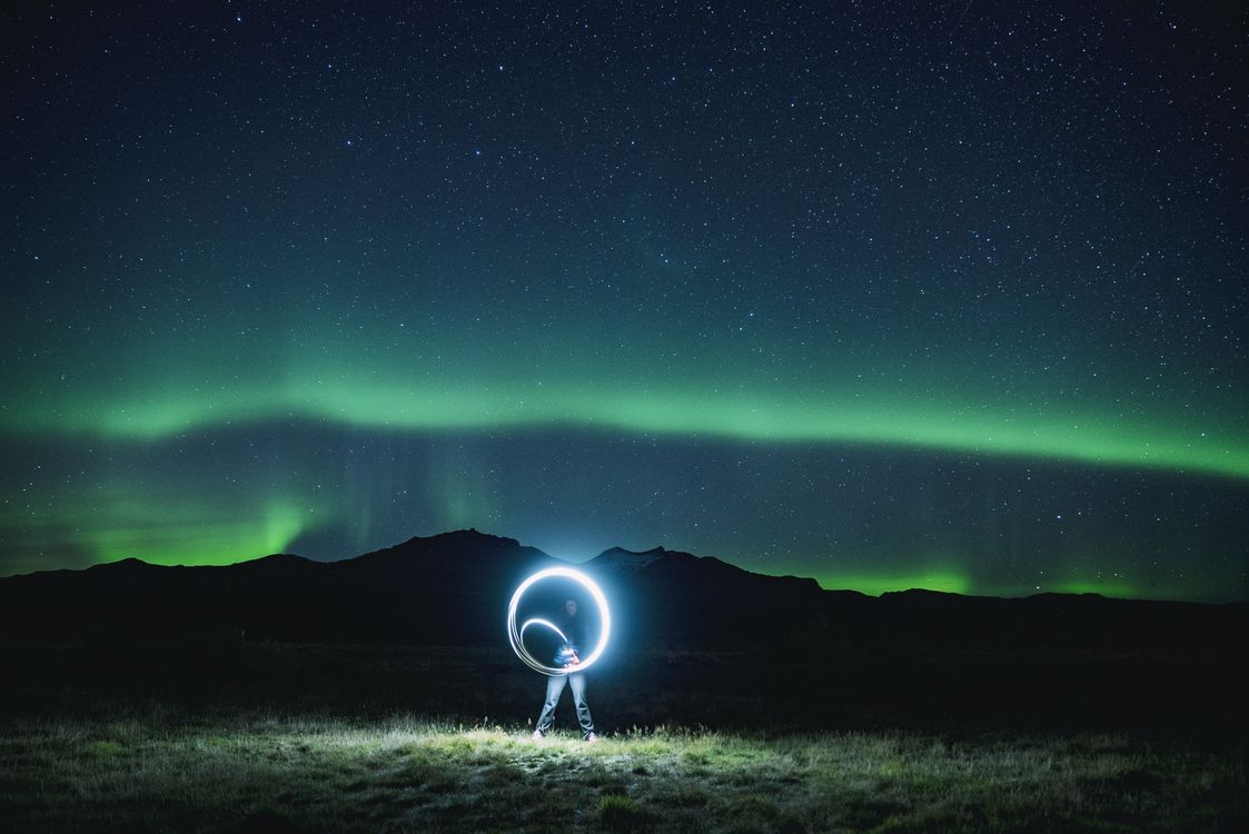 Фото бесплатно неон, свет, ночь, другие, канон, женщина, девочка, рука, boreali Аврора, зеленое небо, длинная выдержка, Исландия, Северное Сияние, Аврора, ситуации