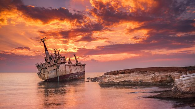 Photo free old ship near the shore, on the rocks, rusty