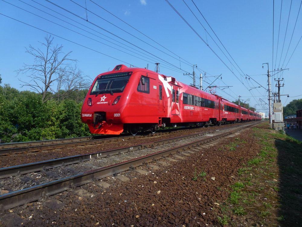 Фото бесплатно Аэроэкспресс, поезд, электричка, рельсы, машины - скачать на рабочий стол