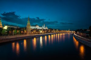 Заставки Moscow Kremlin and Moscow River Illuminated in the Evening,ночь,освещение,река,дорога,фонари,Russia