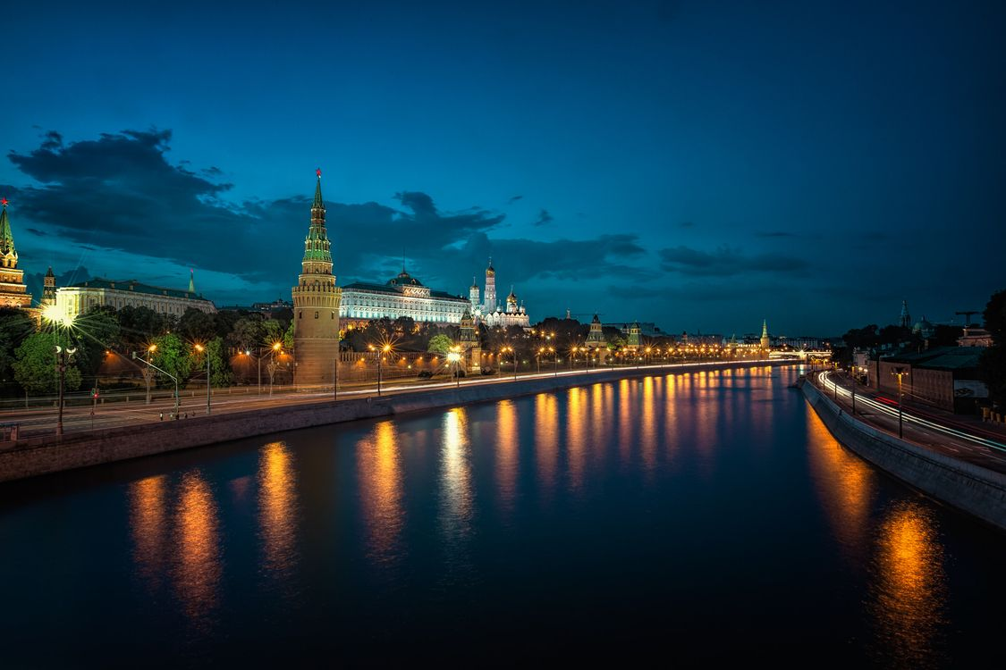 Free photo Moscow Kremlin and Moscow River Illuminated in the Evening, night, light - to desktop