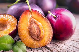 Фото бесплатно Продукты питания, сливы спелые и сочные фрукты на деревянный стол, крупным планом