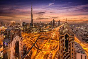 Развязка автомагистрали в Дубаи ночью