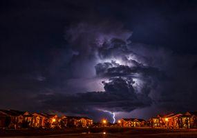 Бесплатные фото Молния в Норман,Оклахома,шторм,молния,красивое небо,город,дома