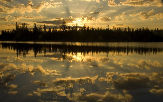 Заставки природа,солнечные лучи,вода,облака