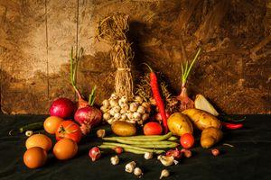 Композиция с овощами и яйцами · бесплатное фото
