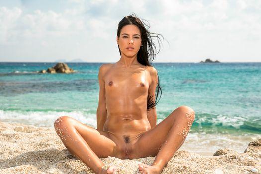Бесплатные фото Apolonia Lapiedra,Аполония,брюнетка,пляж,загорелые,голые,маленькие сиськи,соски,обрезанный куст,киска,половые губы,раздвинув ноги