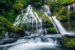 Красивый маленький водопад