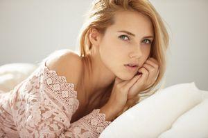 Шикарная юная блондинка на кровати