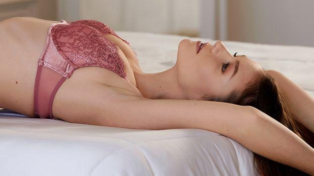 Фото бесплатно нижнее белье, Эмили Блум, кровать