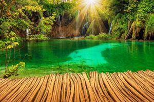 Фото бесплатно Плитвицкие озера, Национальный парк Плитвицкие озера, Plitvice Lakes national park, Croatia, Хорватия, водоём, озеро, мостик, водопад, деревья, пейзаж