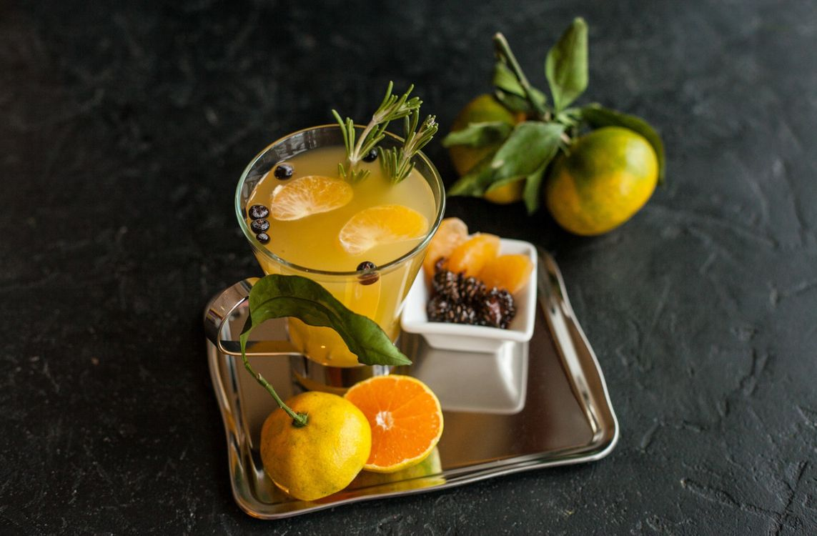 Фото бесплатно фрукты, ягоды, напиток, поднос, бокал, сок, еда
