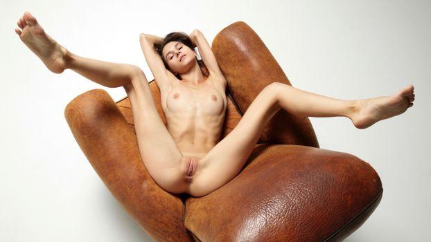 Заставки брюнетка, грудь, кресло