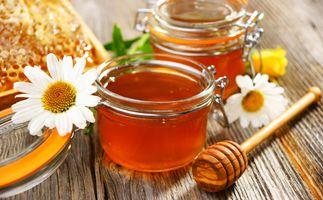 Мёд в баночках и ромашки · бесплатное фото