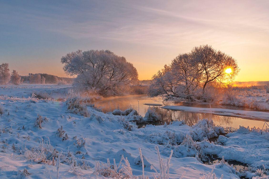 Зимняя река на фоне восхода солнца · бесплатное фото