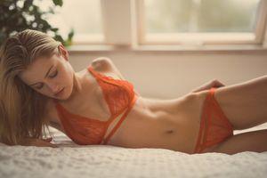 На кровати в прозрачном белье · бесплатное фото