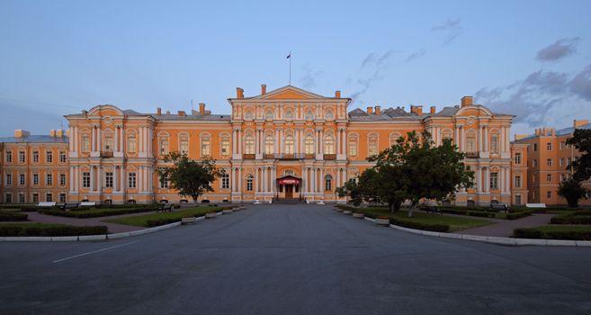 Бесплатные фото Воронцовский дворец,Санкт-Петербург,вечер,дворец,здание,деревья,аллея