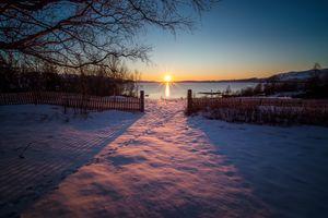 Бесплатные фото закат солнца,зима,поле,озеро,снег,забор,деревья