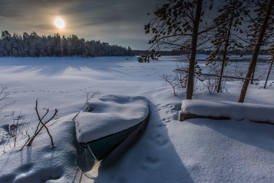 Фото бесплатно зима, Лапландия, Арктический, Финляндия, закат, сумерки, сугробы, снег, деревья, лодка, замёрзшая река, природа, пейзаж, пейзажи