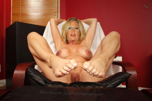 Бесплатные фото Барбара schoneberger,блондинки,большие сиськи,распространение ноги,киска,губы,ножки,позирует,отдохнуть,на стул,фейк