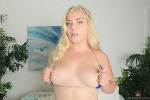 Блондинка Chanele Carson обнажает свое грудь