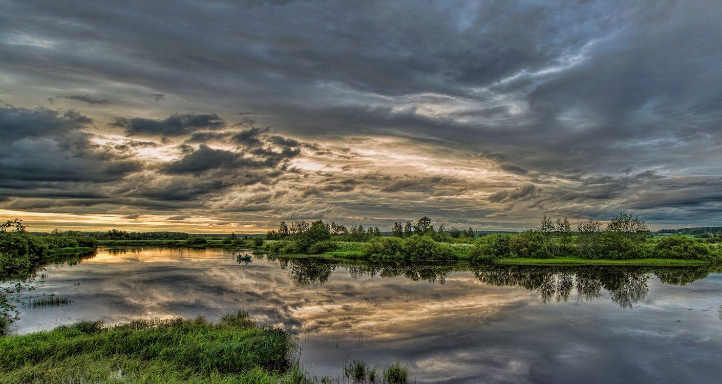 Фото бесплатно Финляндия, река, закат, небо, облака, отражение, рыбаки, лодка, деревья, пейзаж, пейзажи
