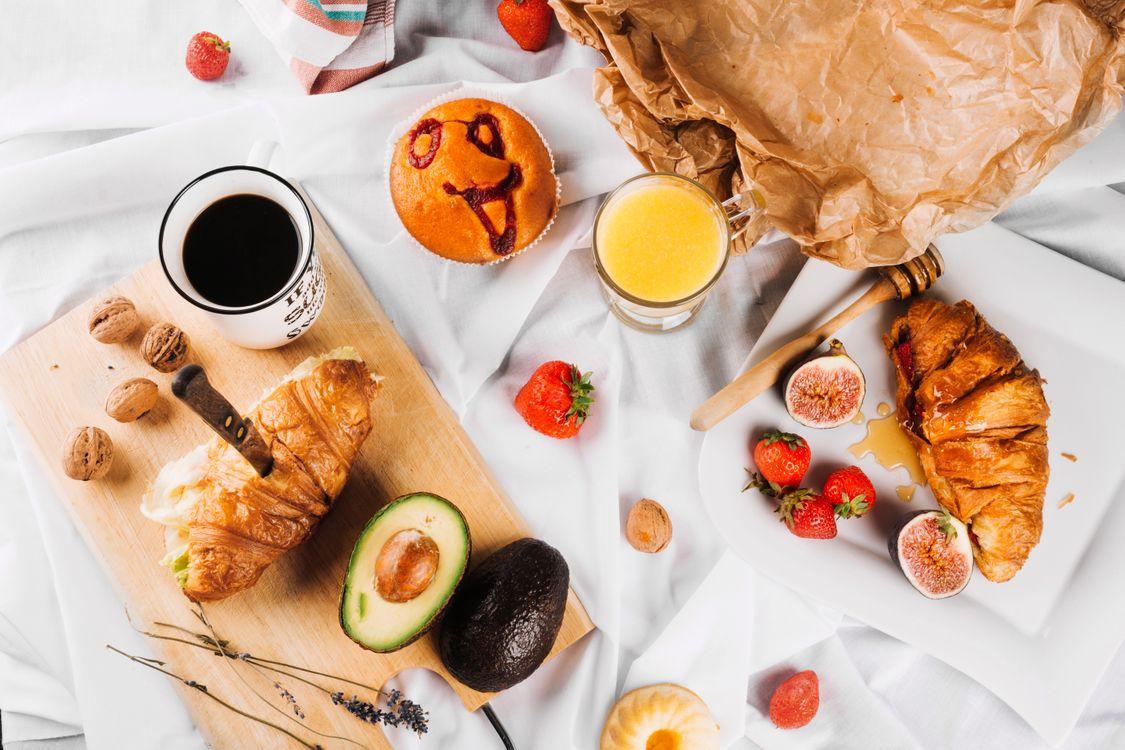 Фото бесплатно завтрак, кексы, кофе, фрукты, еда