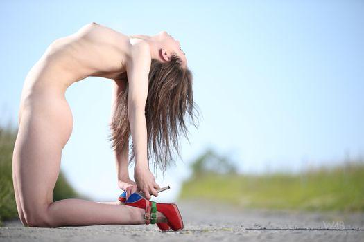 Бесплатные фото darisha,арочный,дорога,devine,ню,каблуки,на улице,сиськи,задница,красные каблуки
