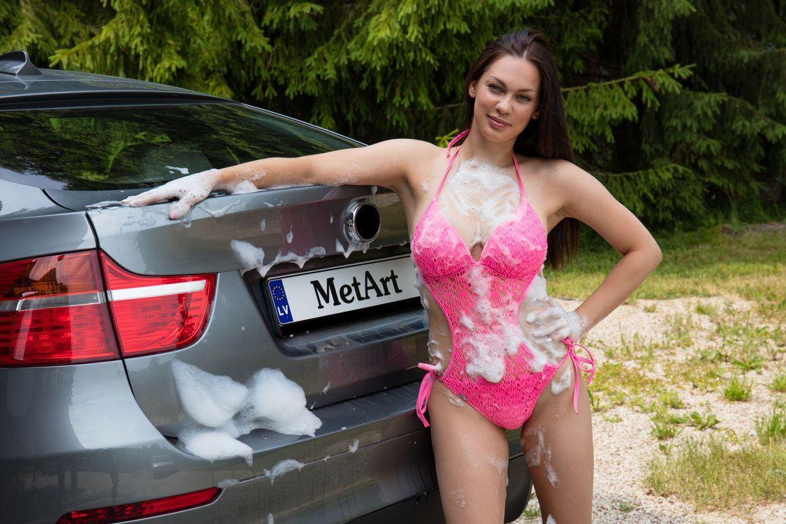 Девушка в купальнике моет машину, измазалась в пене · бесплатная заставка