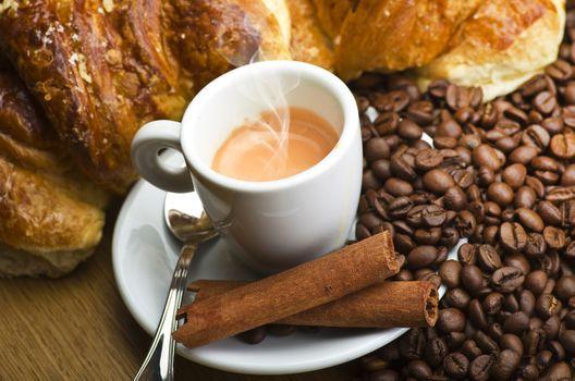 Кофе с корице и выпечкой