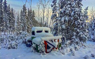 Заставки зима,лес,снег,сугробы,заброшенный автомобиль,деревья,природа