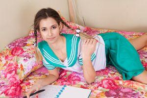 Школьница на кровати · бесплатное фото