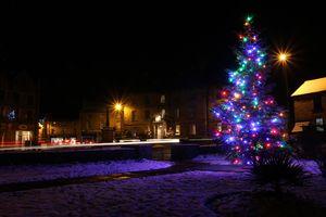 Фото бесплатно новый год, новогодняя ёлка, город, улица, ночь, гирлянды, иллюминация