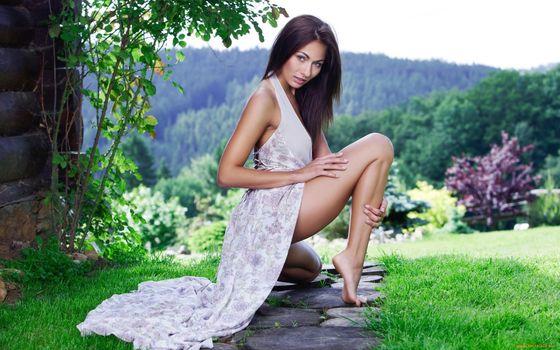 Деревенская девушка в длинном платье