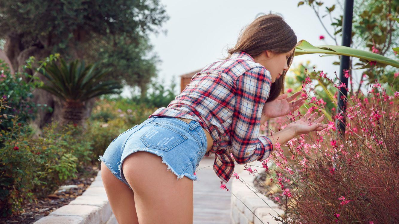 Фото бесплатно Lika Dolce, метарт, цветочный сад, милый подросток, короткие джинсы, эротика