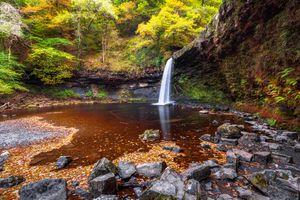 Фото бесплатно осень, водопад, скалы, камни, лес, деревья, пейзаж